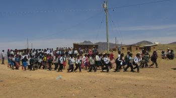 Sehr viele Menschen der Gemeinde Waycha machen sich auf zur Einweihungsfeier